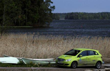 野外奔驰轿车图片