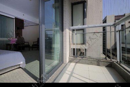 酒店的客房标准间阳台图片