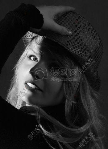 女人穿着黑帽