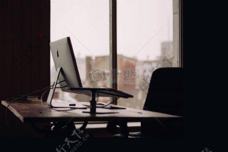 的MacBook亲剪影表iMac电脑窗平工作场所设置