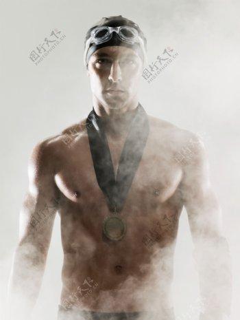 戴奖章的强壮游泳运动员图片