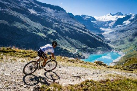 野外骑自行车的人物摄影图片