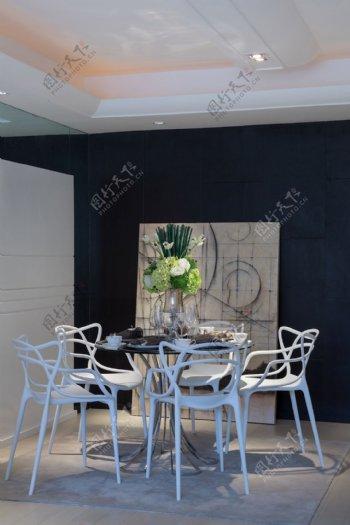 港式清新客厅深蓝色背景墙室内装修效果图