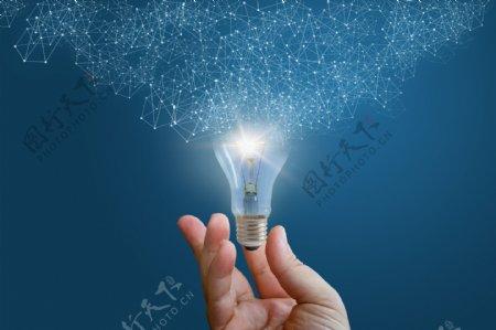 手拿发光的灯泡