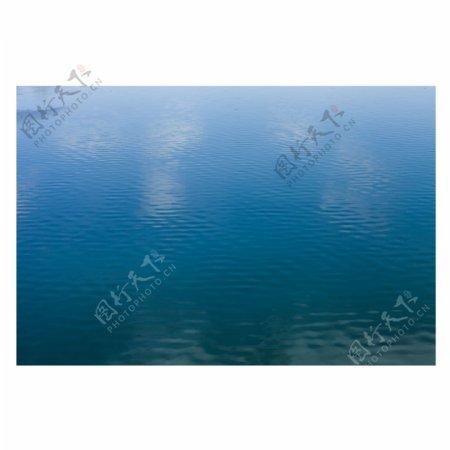 波光粼粼的蔚蓝色水面