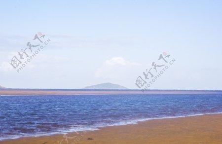 蓝色波光粼粼的大海和沙滩