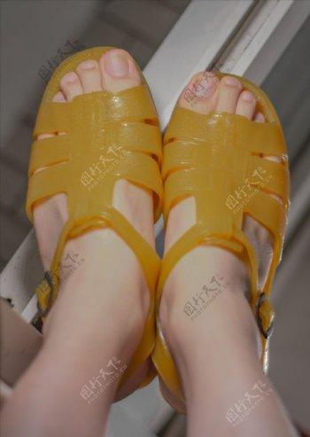 80后90后怀旧黄色塑料凉鞋