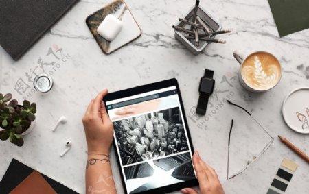 咖啡杯手拿iPad俯视图