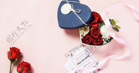 七夕粉红背景上装满花的礼物盒