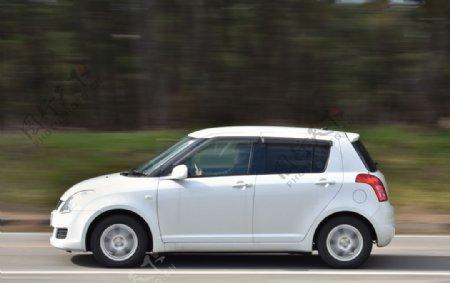 白色小轿车旅游汽车背景素材图片