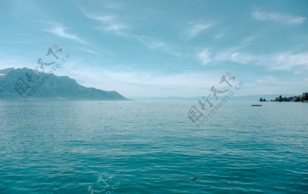 山和湖泊天蓝色海天一线图片