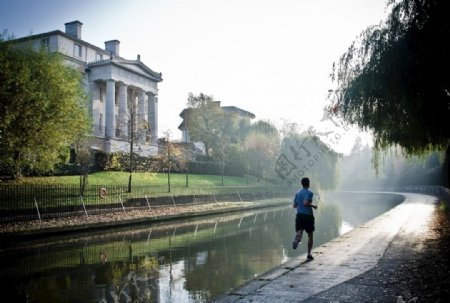 河边跑步的男性图片