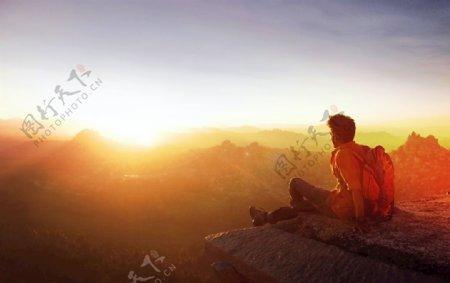 看日出的男性图片