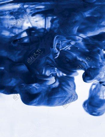 蓝色抽烟白色背景涂料图片