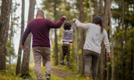 旅行的一家人图片