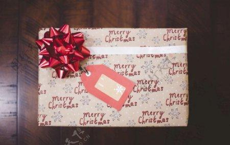 红色带礼物盒灰色棕色图片