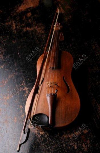 棕色木小提琴图片